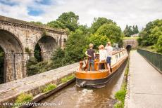 Pontcysyllte Aqueduct - Chirk Aqueduct: A narrowboat on the Llangollen Canal, on the right the entrance to the Chirk Tunnel. The Llangollen Canal is 73, 5 km...