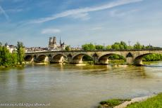 Loire Valley - Loire Valley between Sully-sur-Loire en Chalonnes: The George V Bridge is a stone arch bridge over the river Loire in Orléans, behind...
