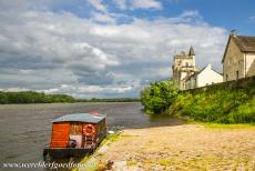 Loire Valley - Loire Valley between Sully-sur-Loire en Chalonnes: A traditional river boat on the Loire next to the Castle of Montsoreau. The castle is...
