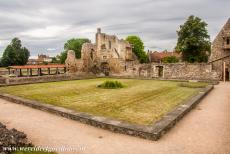 St. Augustine's Abbey in Canterbury - St. Augustine's Abbey in Canterbury: The ruins of the cloister, on the left hand side the roof of the archaeological excavation pit, on...