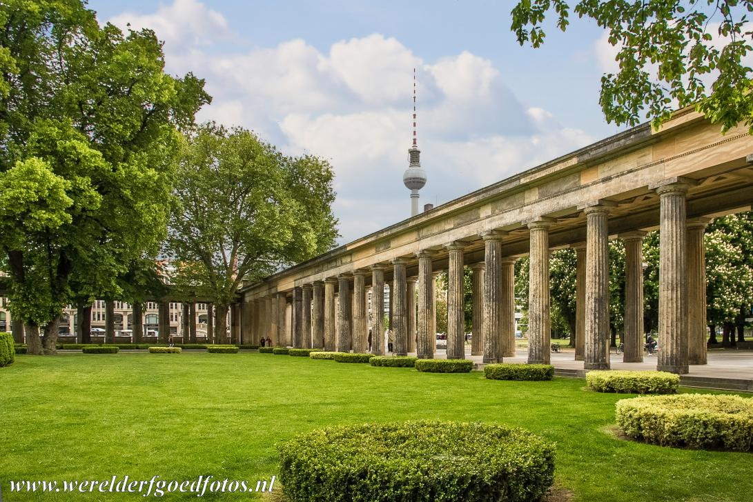 Museumsinsel Berlijn - Museumsinsel (Museum Island): The Colonnade Courtyard near the Alte Nationalgalerie, in the background the TV tower, the Berliner Fernsehturm. The...