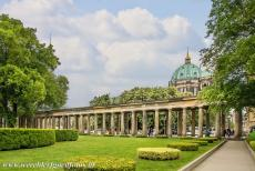 Museumsinsel Berlijn - Museumsinsel (Museum Island): The Colonnade Courtyard near the Alte Nationalgalerie, in the background the Berliner Dom. The Hohenzollerngruft is...