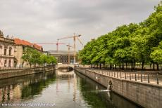 Museumsinsel Berlijn - Museumsinsel (Museum Island), Berlin: The river Spree. On the right hand the Museumsinsel and the Lustgarten, the Pleasure Garden. In the...